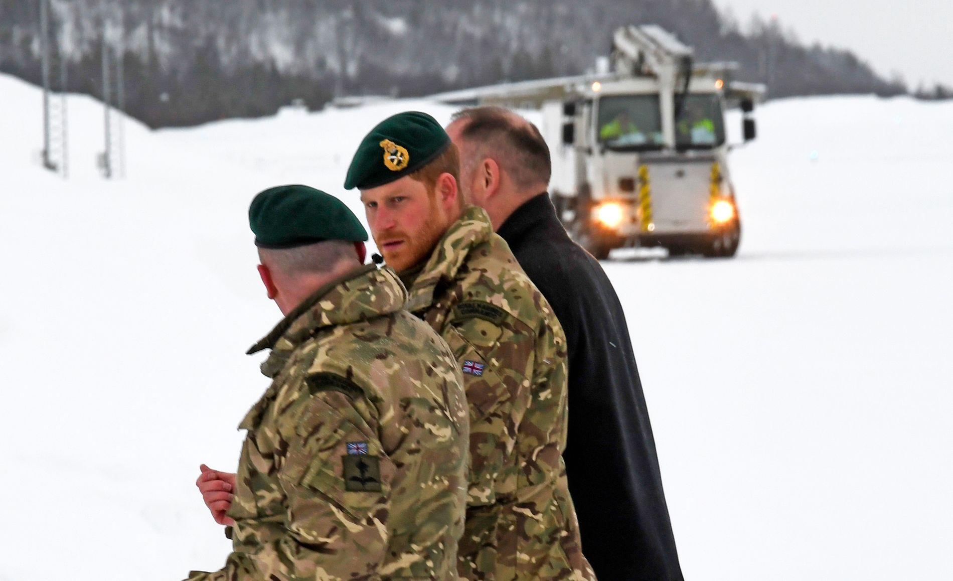 FÅR BLÅST SEG: Prins Harry ankom Bardufoss i dag. Det er meldt ufyselig vær – men han skal besøke en snøhule!