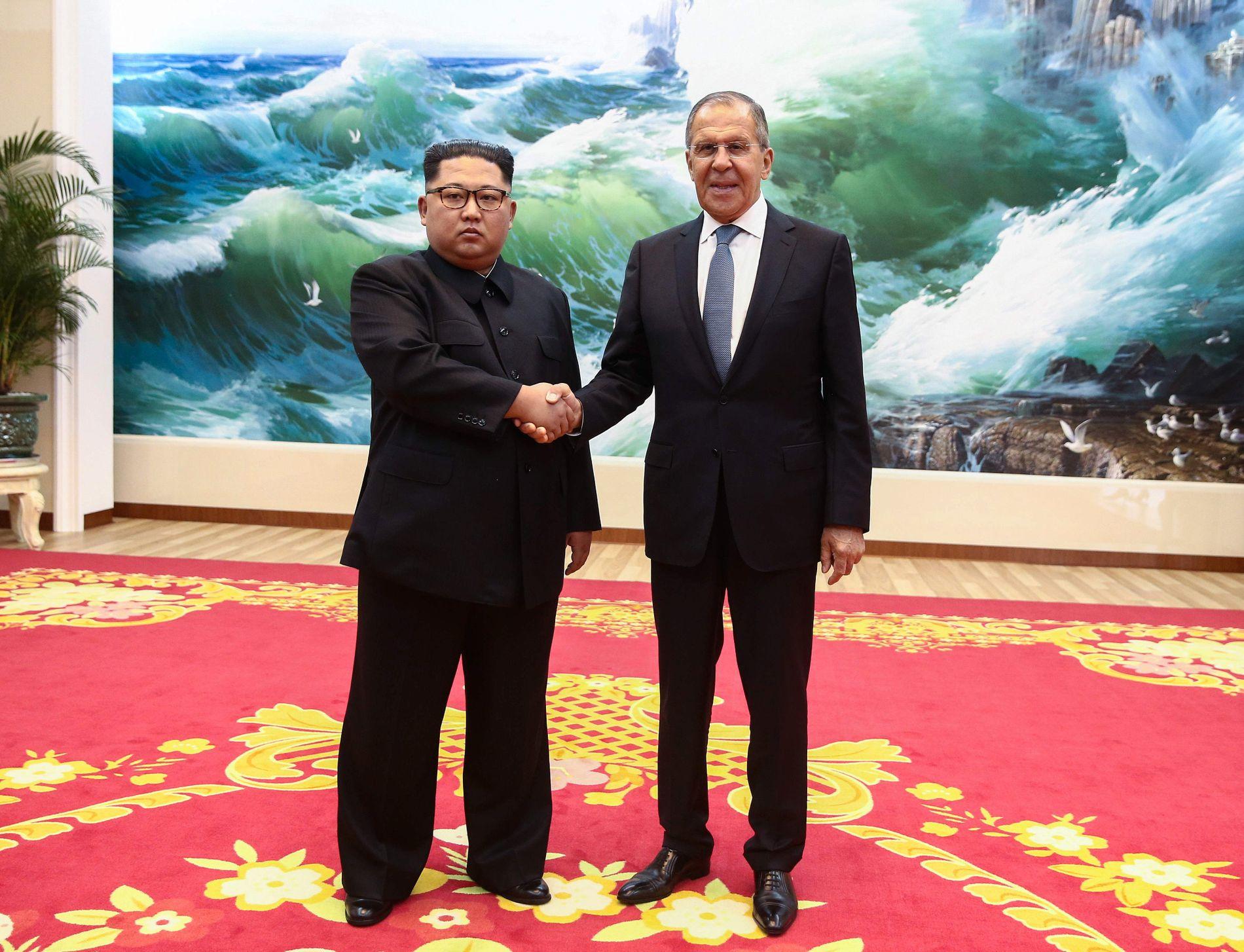 HÅNDHILSER: Nord-Koreas leder Kim Jong-un møtte Russlands utenriksminister Sergej Lavrov i Pyongyang 31. mai.