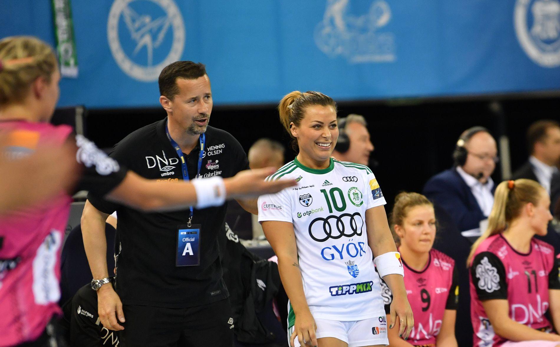 SNAKKET UNDERVEIS: Ole Gustav Gjekstad og Nora Mørk snakket med hver andre mot slutten av semifinalen.