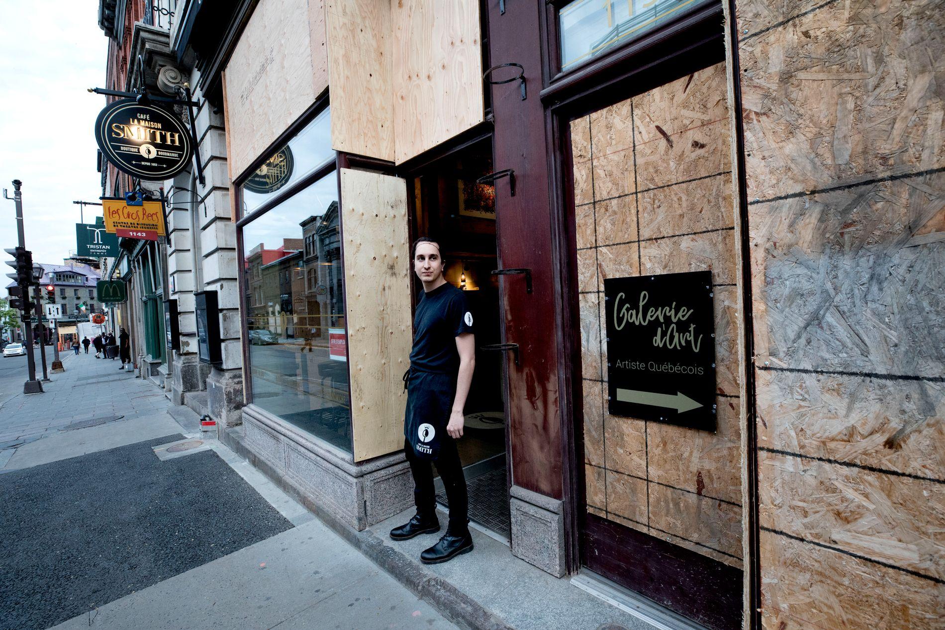 TREPLATER: Jordan Pouches serverer kaffe i åpningstiden, så lenge demonstrasjonene foregår rolig, men er klar til å stenge La Maison Smith på kort varsel.