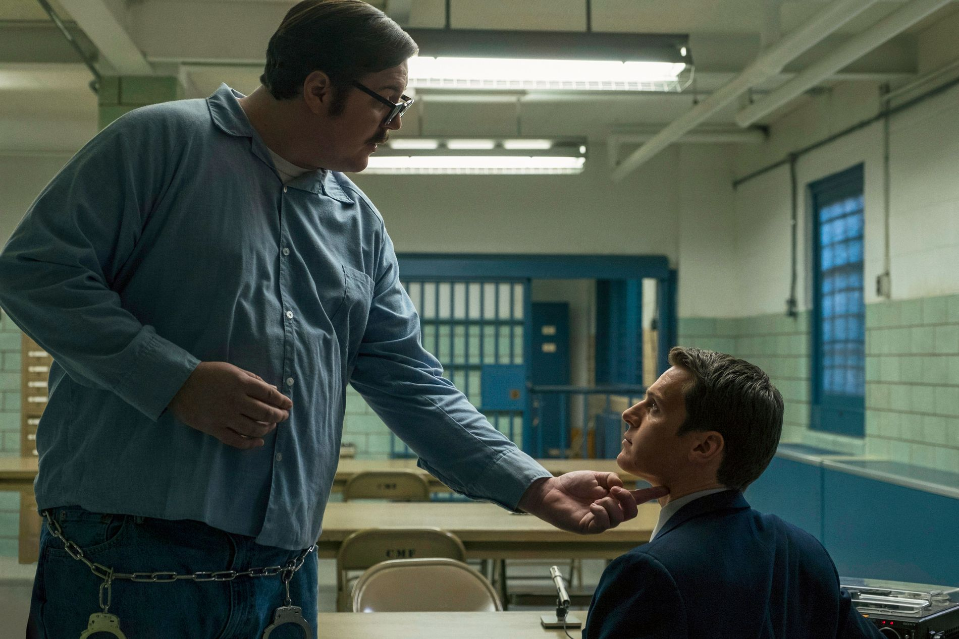 FENGSEL: Cameron Britton og Jonathan Groff i «Mindhunter». FOTO: Merrick Morton/Netflix