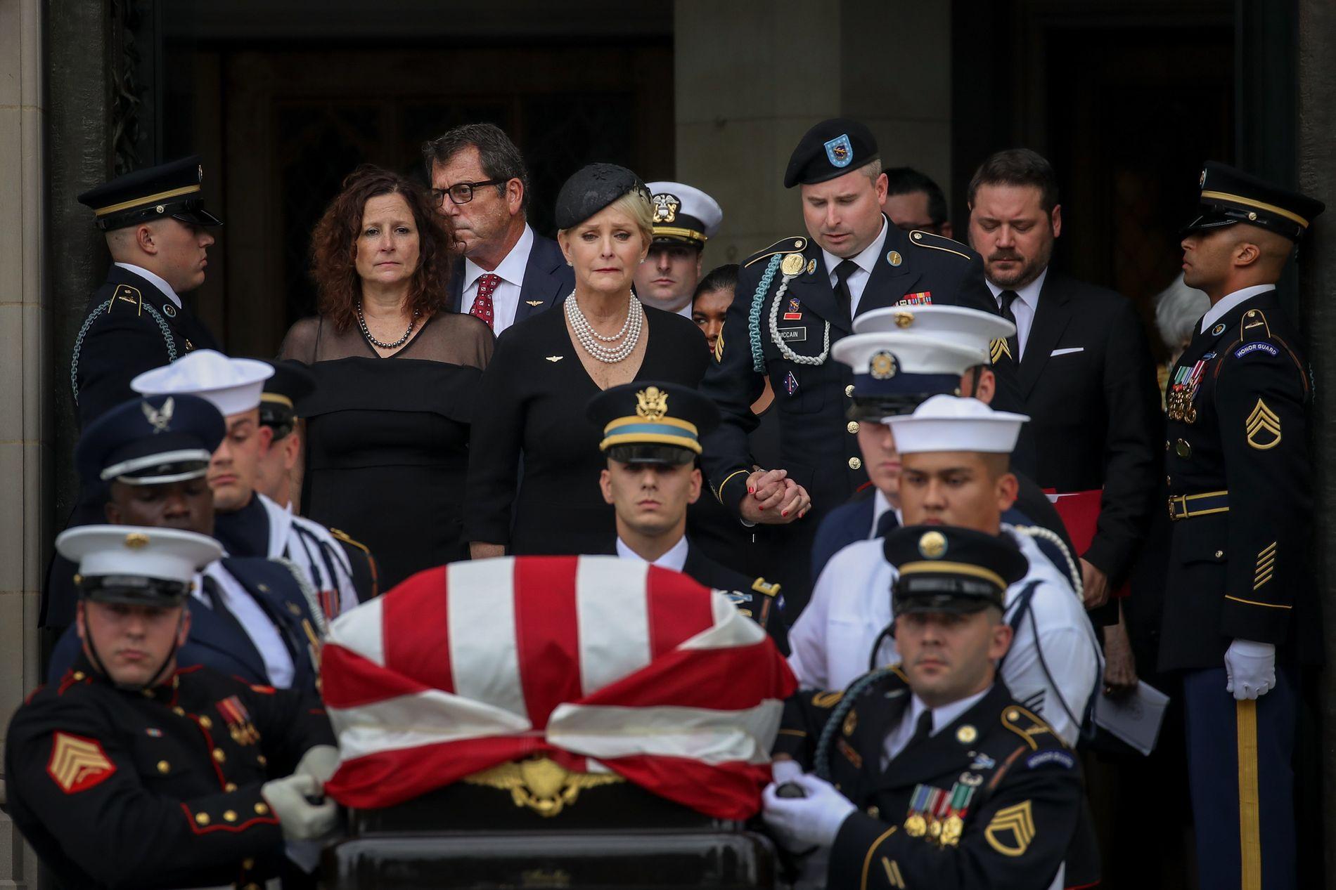 TAR FARVEL: Rett bak kisten går John McCains enke Cindy.