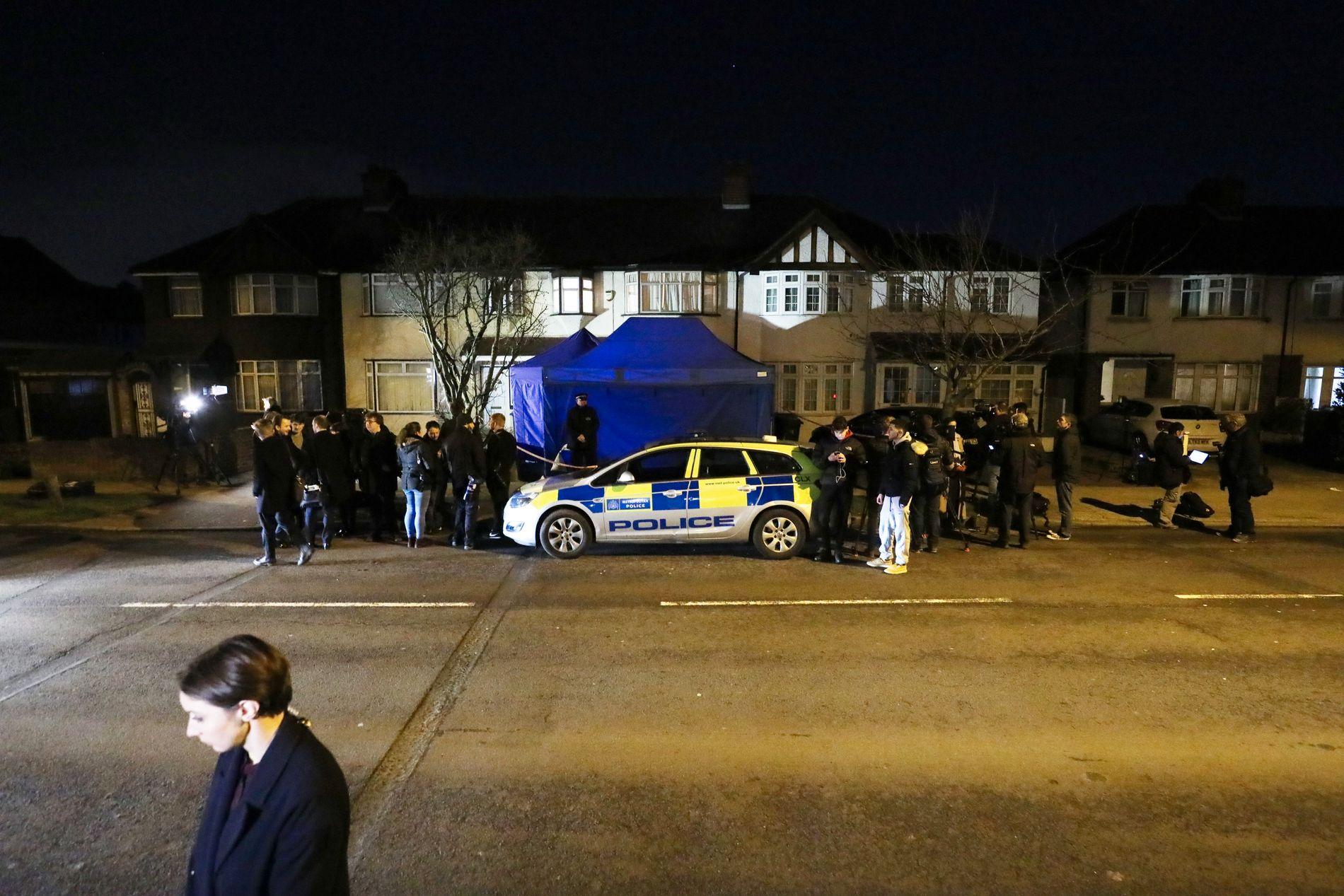 ETTERFORSKER:  Politiet rykket ut til en privat adresse i London i forbindelse med dødsfallet tirsdag. Blå telt og flere politibiler omringet huset tirsdag kveld.