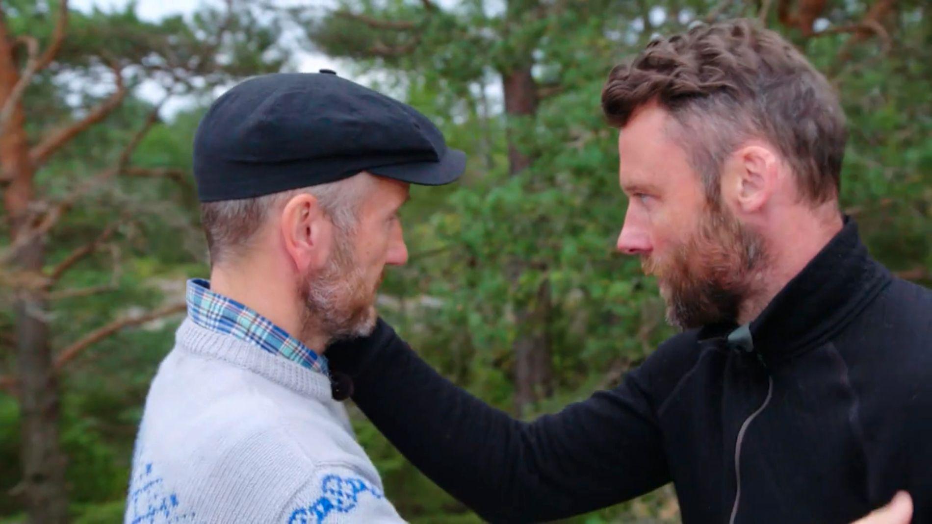AVSKJED: Tom Evensen (t.h.) er skuffet over å være utslått, men klapper seierherren Geir Magne Haukås på kinnet før han forlater arenaen.