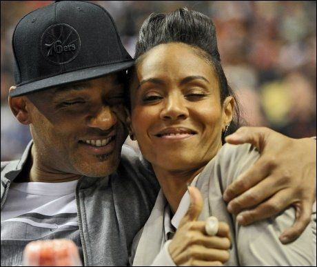 FORTSATT LYKKELIGE: Will Smith og kona Jada Pinkett Smith på en basketkamp i Philadelphia i mars i år. Foto: AFP