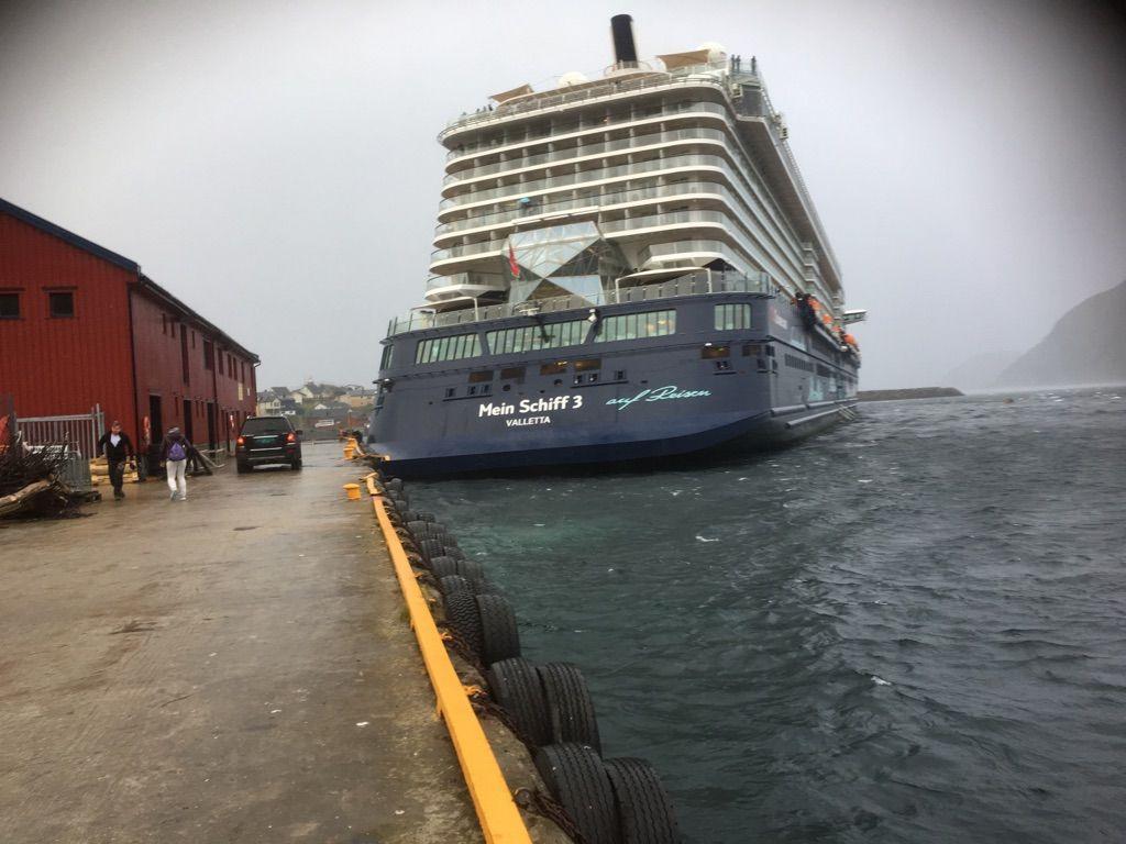 CRUISESKIPET: Cruiseskipet Mein Schiff 3 slet seg fra fortøyningen på kaia i Honningsvåg og forårsaket store skader på både kaia og selve skipet.