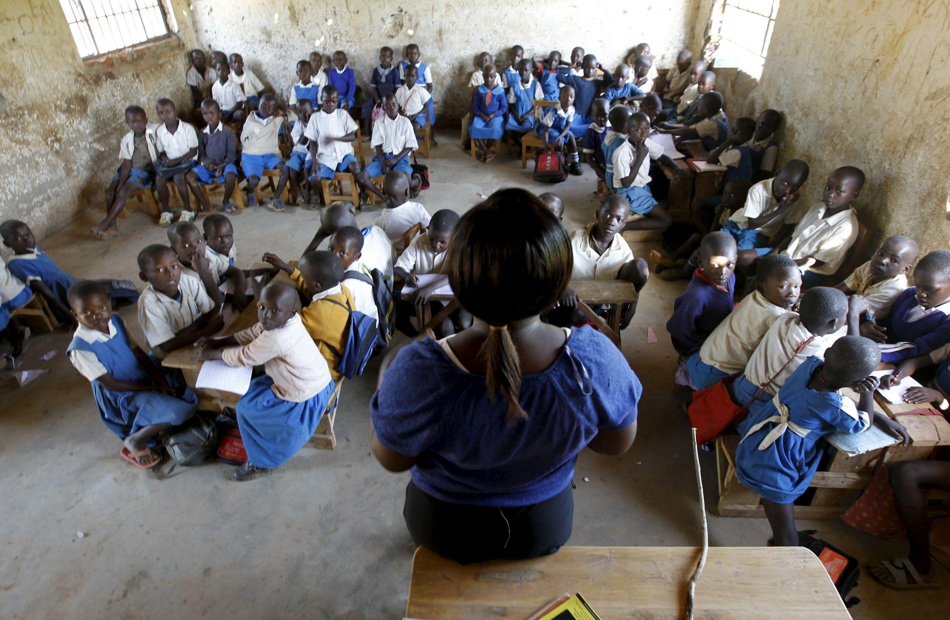 KLASSEROM: I mange fattige land får ikke alle barn utdanning, og blant de som får det er nivået på utdanningen i mange tilfeller lav. Her fra en skole på landsbygden i Kenya.