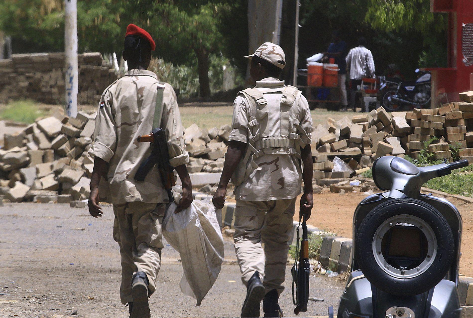 Medlemmer av Sudans paramilitære gruppe patruljerer i hovedstaden Khartoum 10. juni.