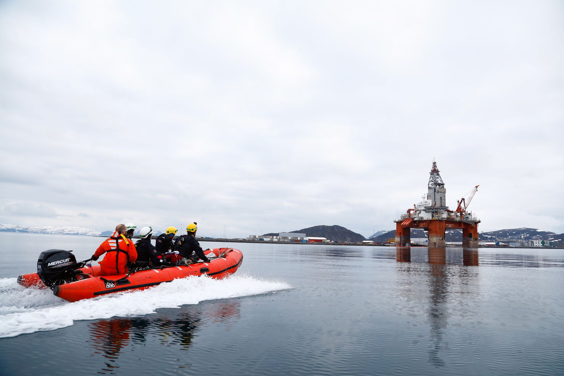 NY AKSJON: Mandag gikk Greenpeace-aktivister til aksjon mot Seadrill-riggen West Hercules, som ligger utenfor Hammerfest i påvente av boring til sommeren. Ifølge organisasjonen klatret fire Greenpeace-aktivister opp på riggen.
