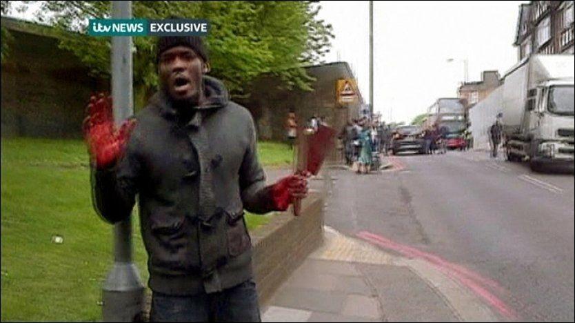 BLOD PÅ HENDENE: Den antatte gjerningsmannen ba angielig om å bli filmet etter drapet. Litt senere ble han skutt av politiet. Foto: Reuters