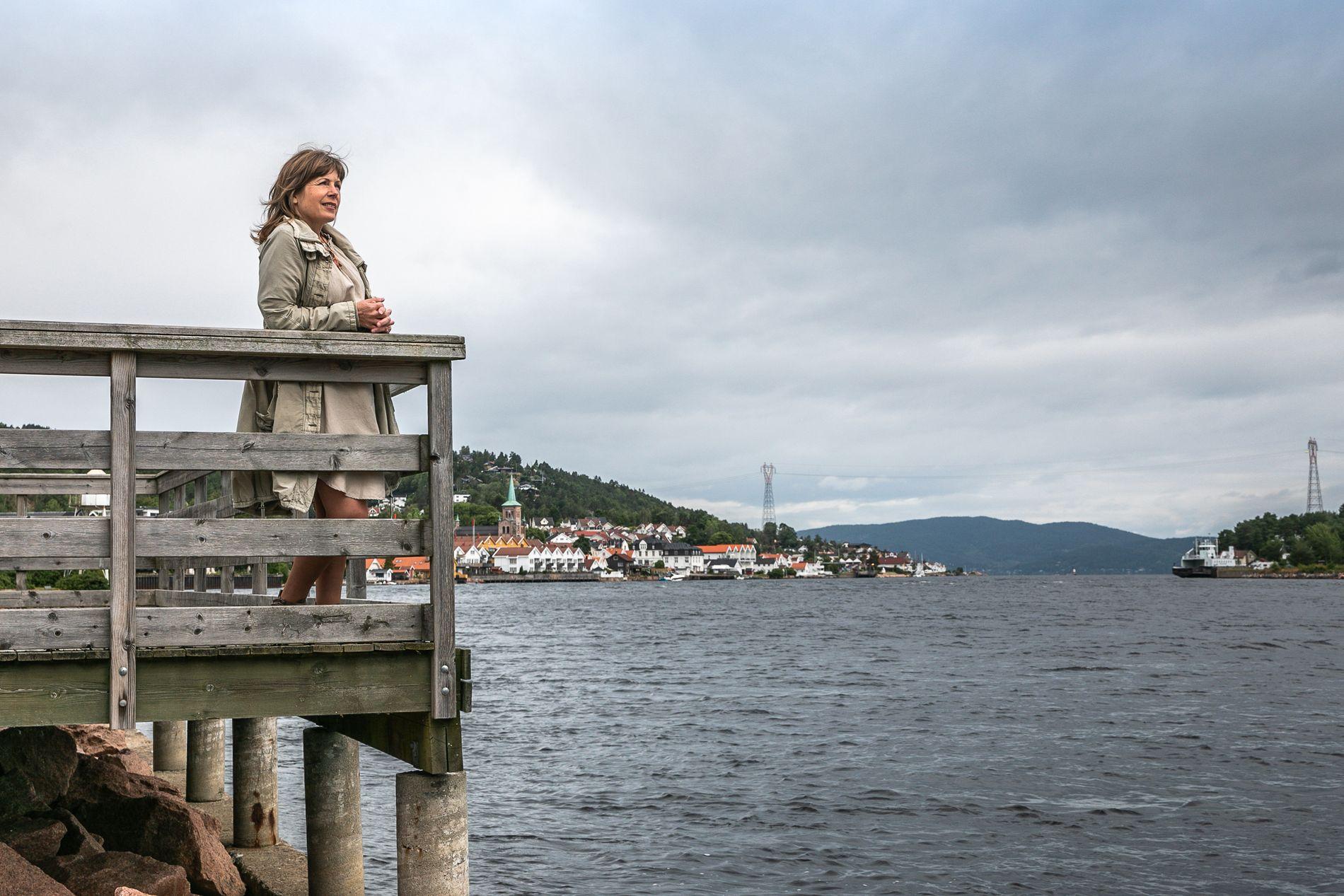 MOT STRØMMEN: Gro Nebell Aronsen (MDG) avbildet ved Svelvikstrømmen og med hjembyen i bakgrunnen.