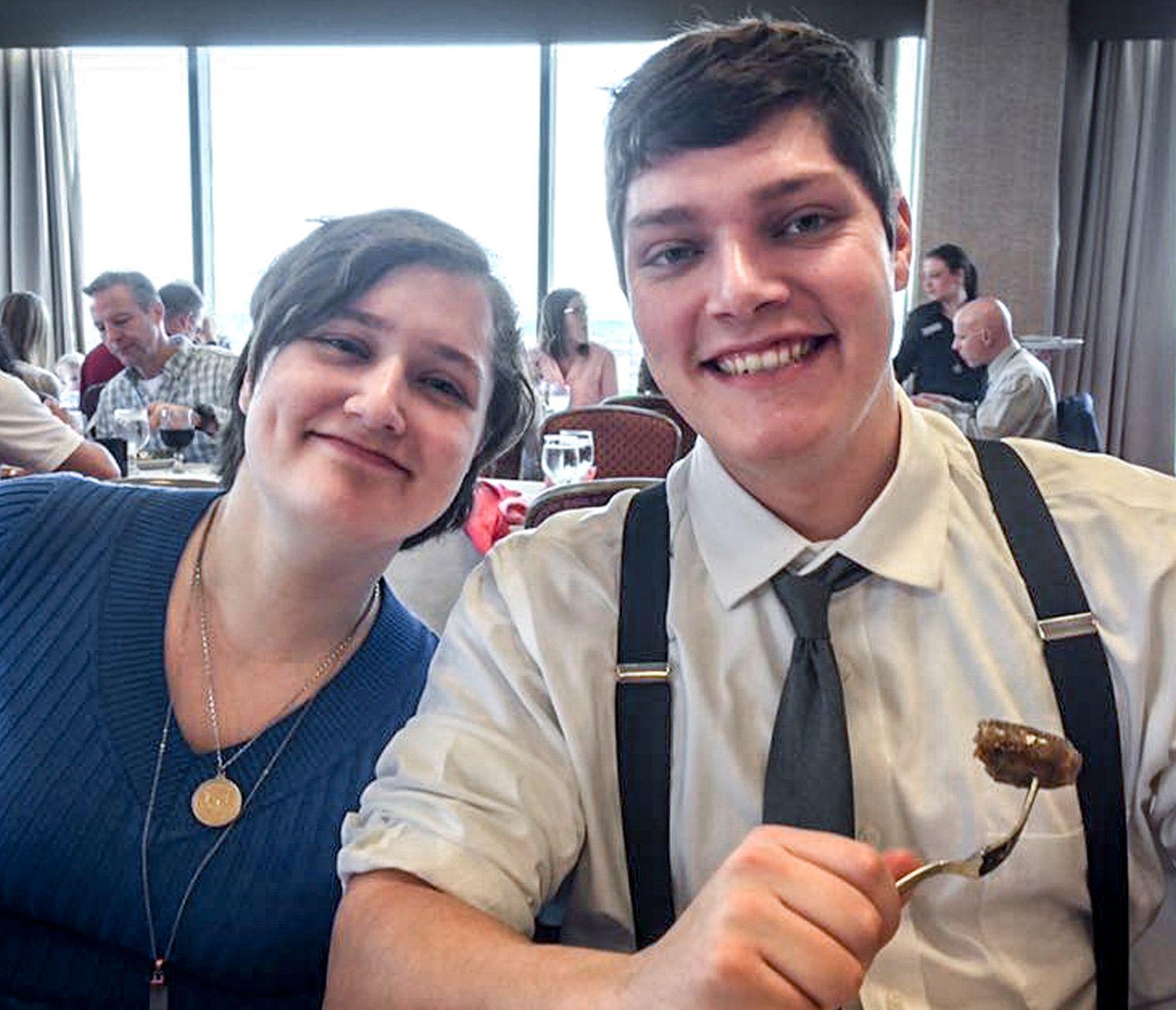 ANTATT GJERNINGSMANN: Connor Betts (24) er utpekt av politiet som antatt gjerningsmann i saken, her sammen med sin søster, Megan Betts (t.v.), som han også skjøt og drepte.