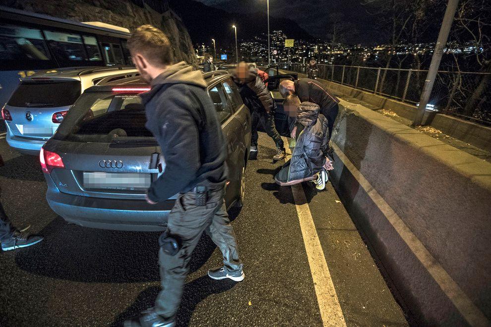 PRØVDE Å STIKKE AV: Her gjør UPs etterretningspatrulje nok et stort narkotikabeslag. Etter å ha forsøkt å stikke av fra politiet, stoppes to menn med ett kilo hasj og 65 gram kokain i bilen.