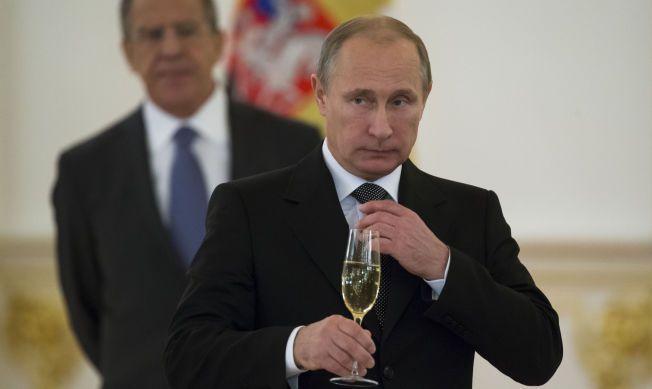 FESTKLAR: Det har lenge gått rykter om at Vladimir Putin ville vise seg under sjakk-VM. Tirsdag kommer han til Sotsji.