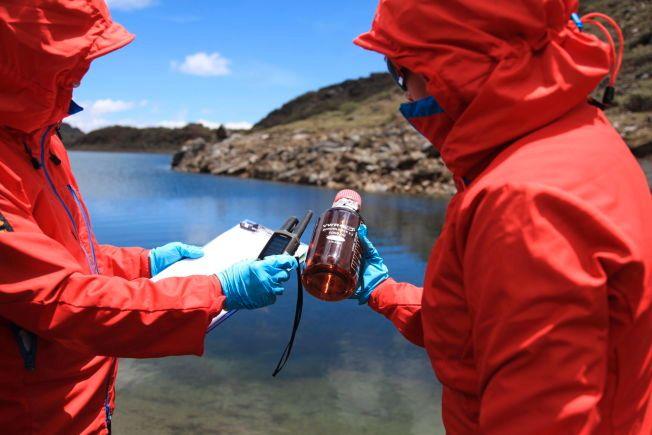 VANNPRØVE: En av vannprøvene fra Haba Xueshan i Kina blir analysert. Foto: Xia De Rui