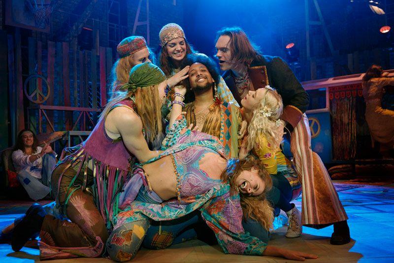 OPPRØR: Dop og sex, men nei til krig – Hippienes livsmotto i «Hair». Her Kash King Gashamura omgitt av ensemblet.
