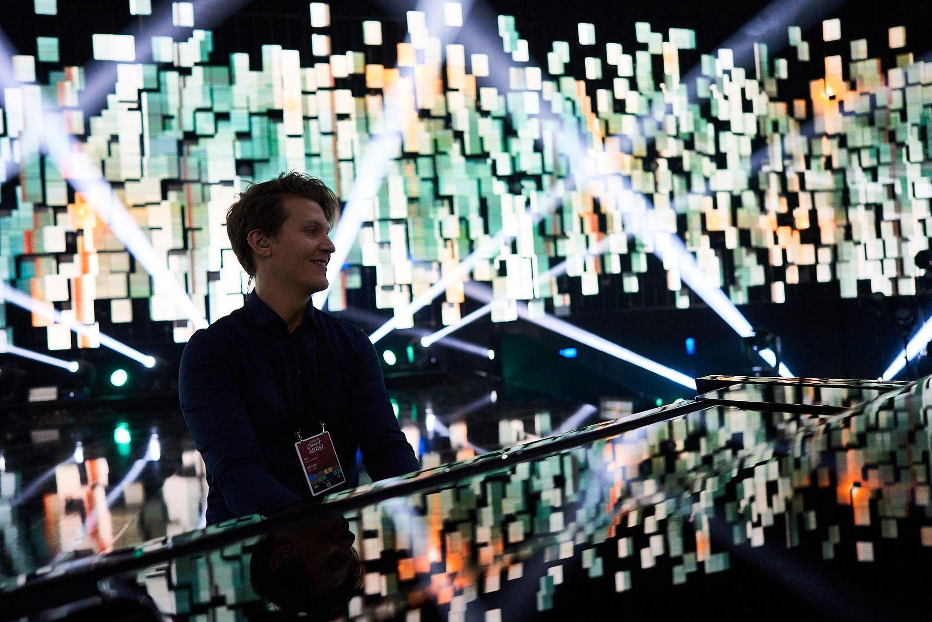 FRA PRØVENE: Her utforsker Matoma lyden i Telenor Arena noen timer før det braker løs på Nobel Fredspris-konsert.