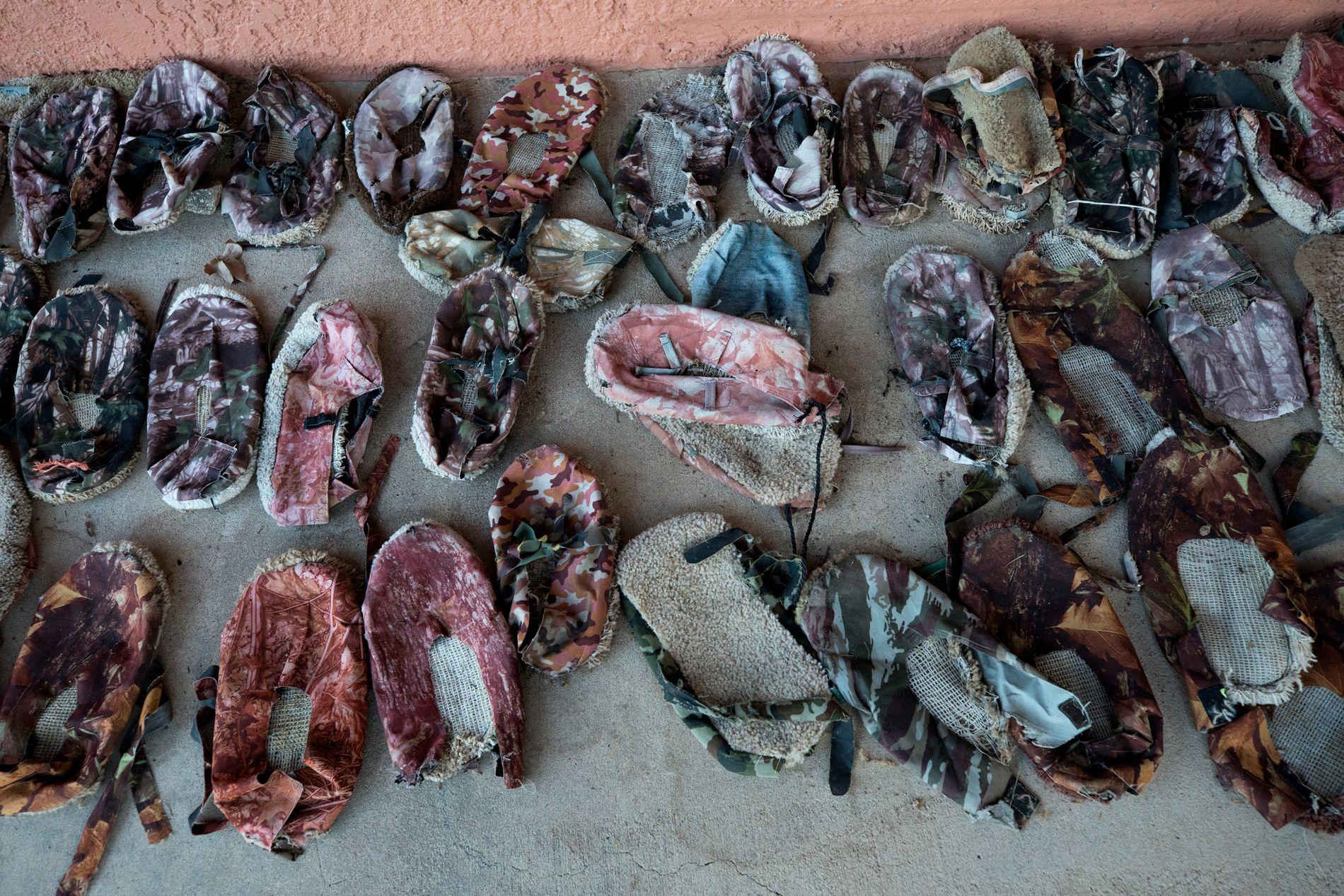 GÅR SKOENE AV SEG: Jim og Sue Chilton har funnet flere titalls sko av denne typen på ranchen.