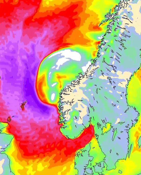 KRAFTIG VIND: Den «rosalilla» fargen i dette vindprognosekartet betyr vind av storm styrke, forklarer meteorolog Lillian Bergheim i StormGeo. Kartet er en prognose for torsdag kveld klokken 21.