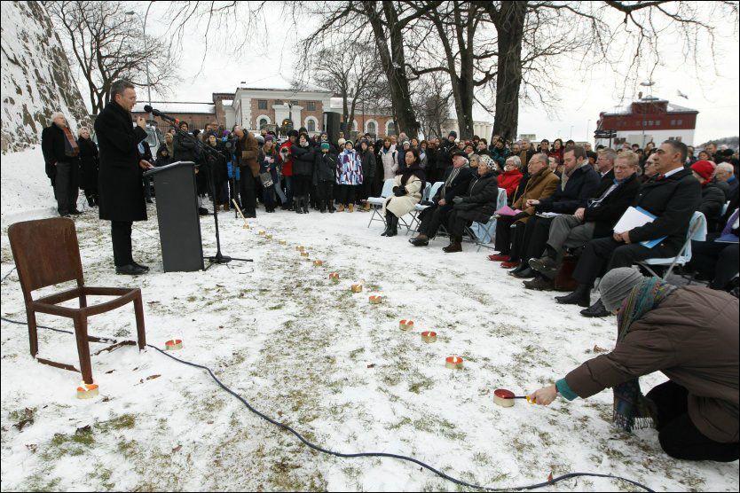 BEKLAGER: Statsminister Jens Stoltenberg taler under en minnemarkering på Akershuskaia på den internasjonale Holocaust-dagen fredag. Foto: Scanpix