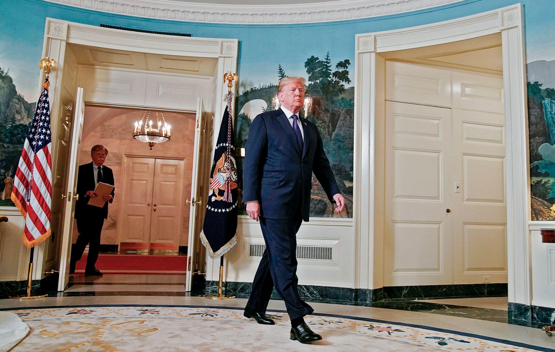 FORNØYD: Donald Trump er fornøyd etter angrepet mot Syria. «Mission accomplished», skriver han på Twitter. I bakgrunnen til venstre går den nasjonale sikkerhetsrådgiveren John Bolton