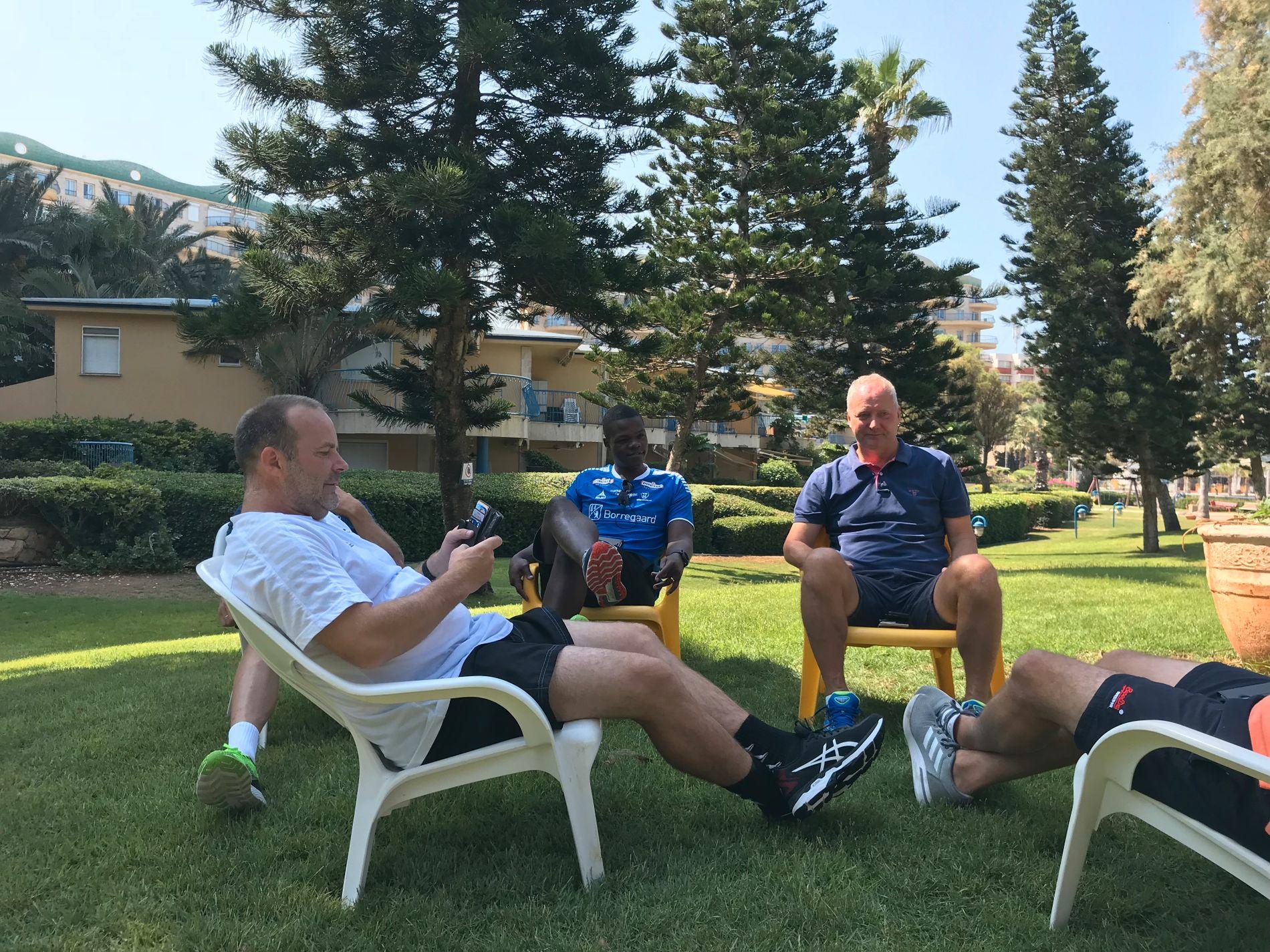 LADER BATTERIENE: Varmen er sterk i Israel, så trener Geir Bakke (t.v.) og lagleder Espen Engebretsen (t.h) har funnet skyggen sammen med resten av støtteapparatet.