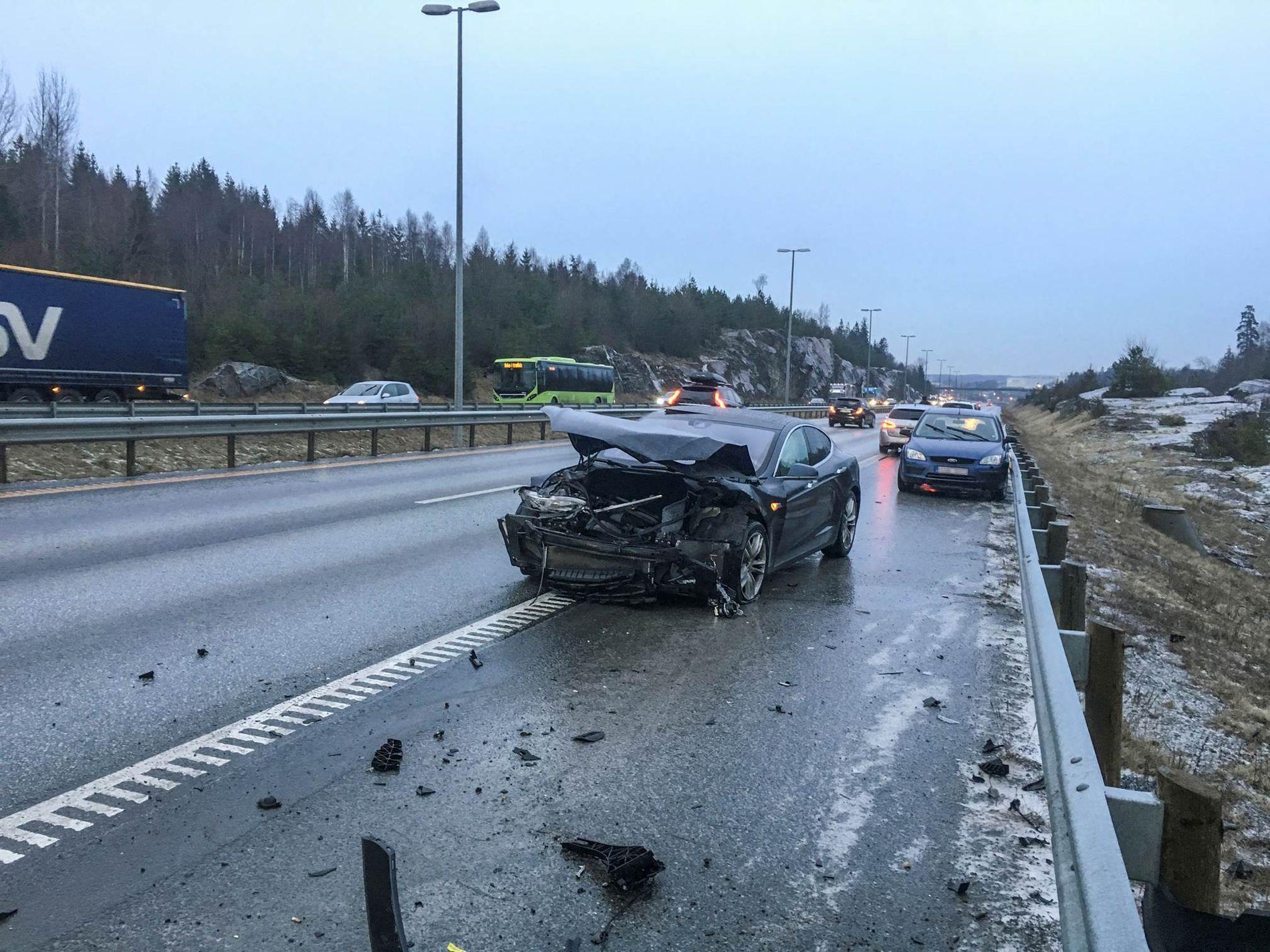 GLATTE VEIER OVER HELE LANDET: Trafikkulykke på E6 mellom Ås og Son. I store deler av landet har underkjølt regn ført til trafikkuhell med mange involverte biler tirsdag ettermiddag.