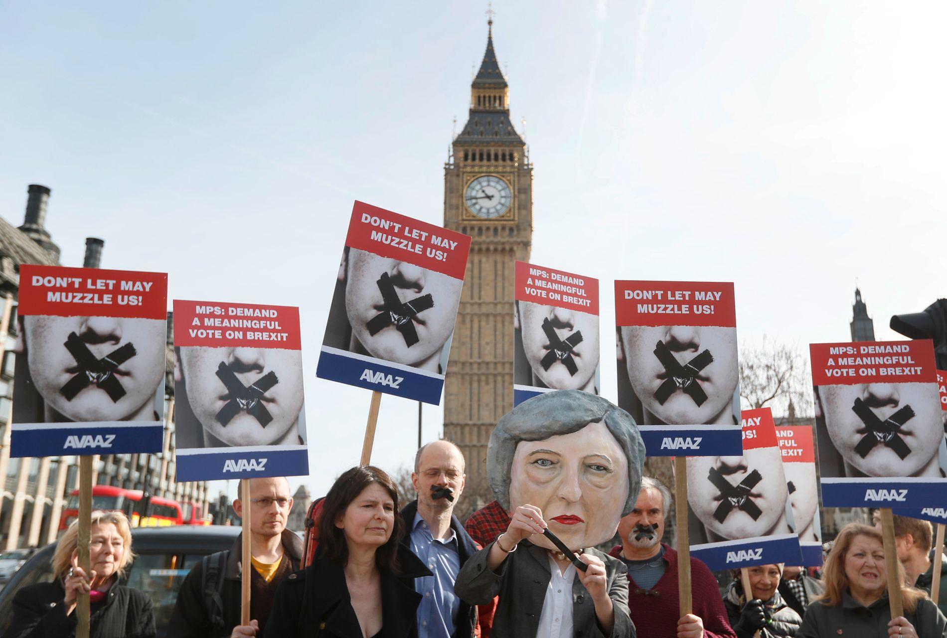 PROTEST: Demonstranter utenfor Parlamentet i London mens debatten om endringsforslagene pågikk mandag.