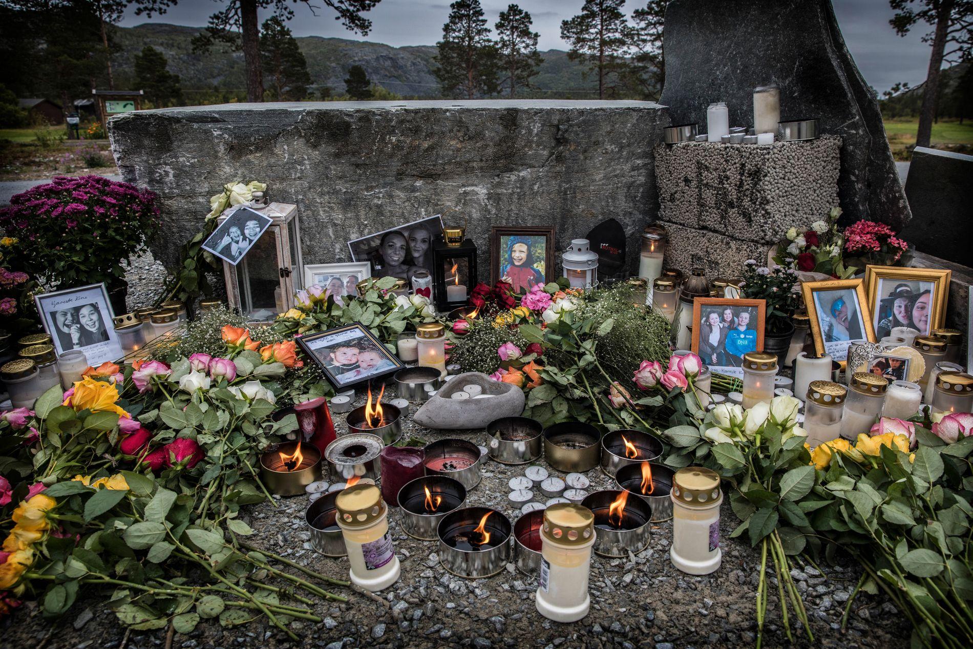 MINNESTED: Ved golfbanen i Kvenvik, like ved grusplassen hvor helikopteret tok av før ulykkesturen, minnes familier, venner og kolleger de omkomne. Bildet er tatt 1. september.