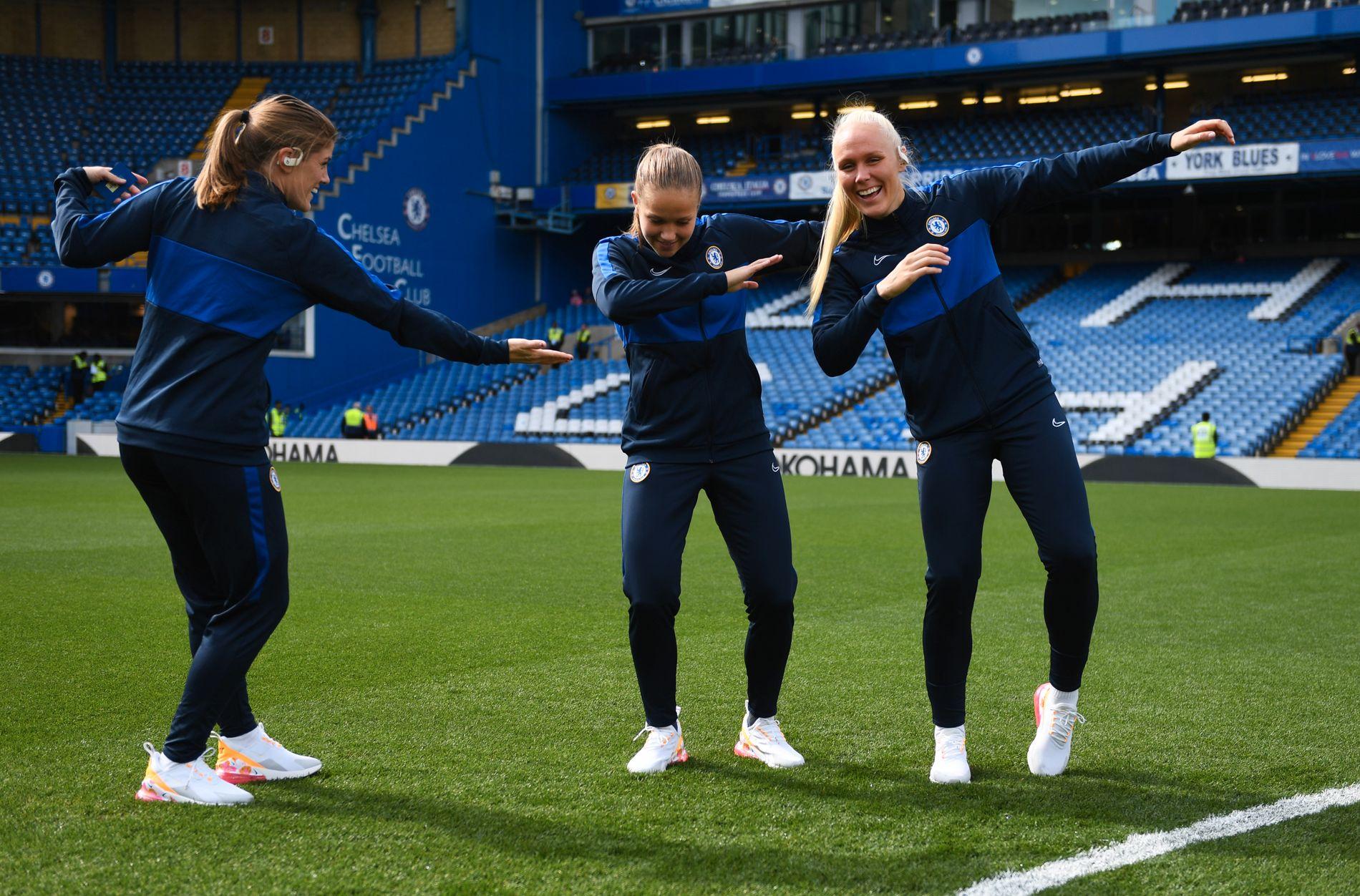 POPULÆRE: Den norske Chelsea-trioen Maren Mjelde, Guro Reiten og Maria Thorisdottir «dabber» før avspark mot Tottenham. De kunne også smile for seier foran nesten 25.000 tilskuere etter kampen.