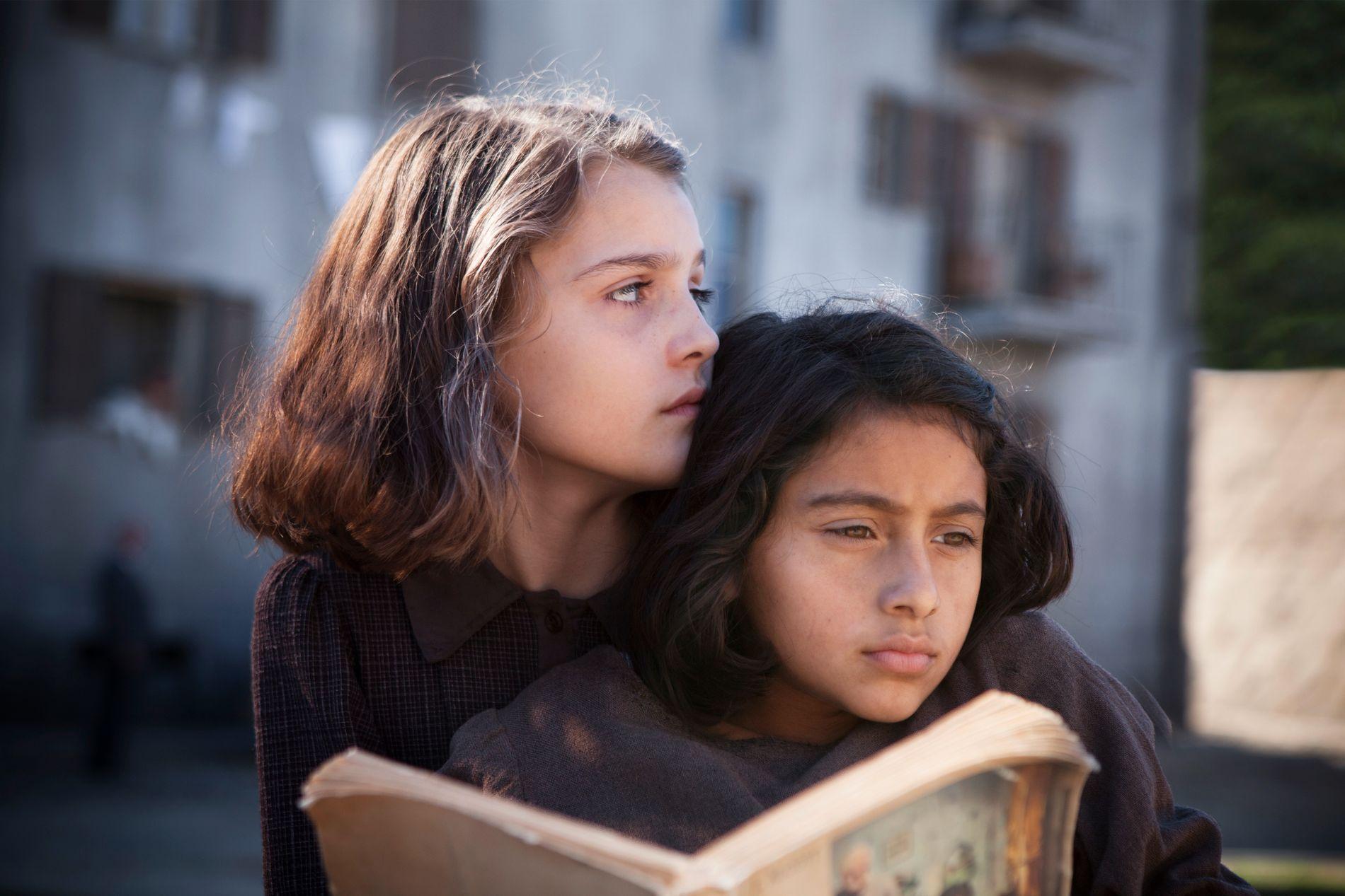 VENNINNER: Elena Ferrantes Napoli-bøker følger det livslange vennskapet mellom Elena (t.v.) og Lila. Første sesong av TV-serien baserer seg på den første boken, som på norsk heter «Mi briljante venninne».
