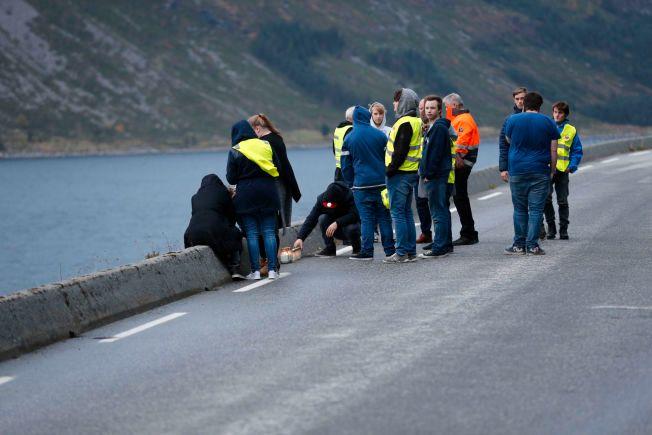 SAMLET: Medelevene til de to ungdommene som omkom i ulykket samlet seg og la ned roser ved ulykkesstedet lørdag ettermiddag.