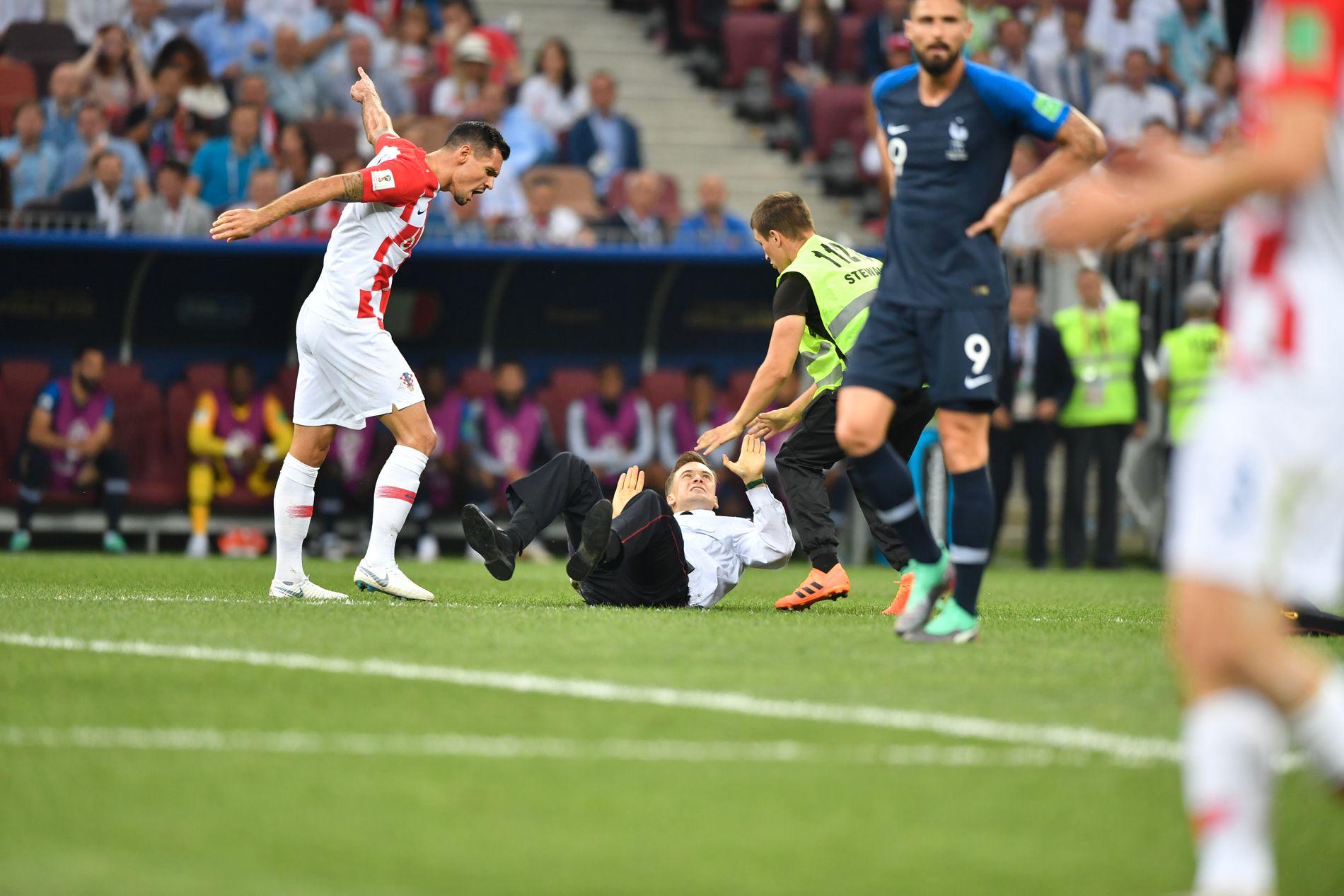 VM-FINALEN: Dejan Lovren skjeller ut Pjotr Verzilov, som ligger på bakken og er i ferd med å overmannes av en vakt.