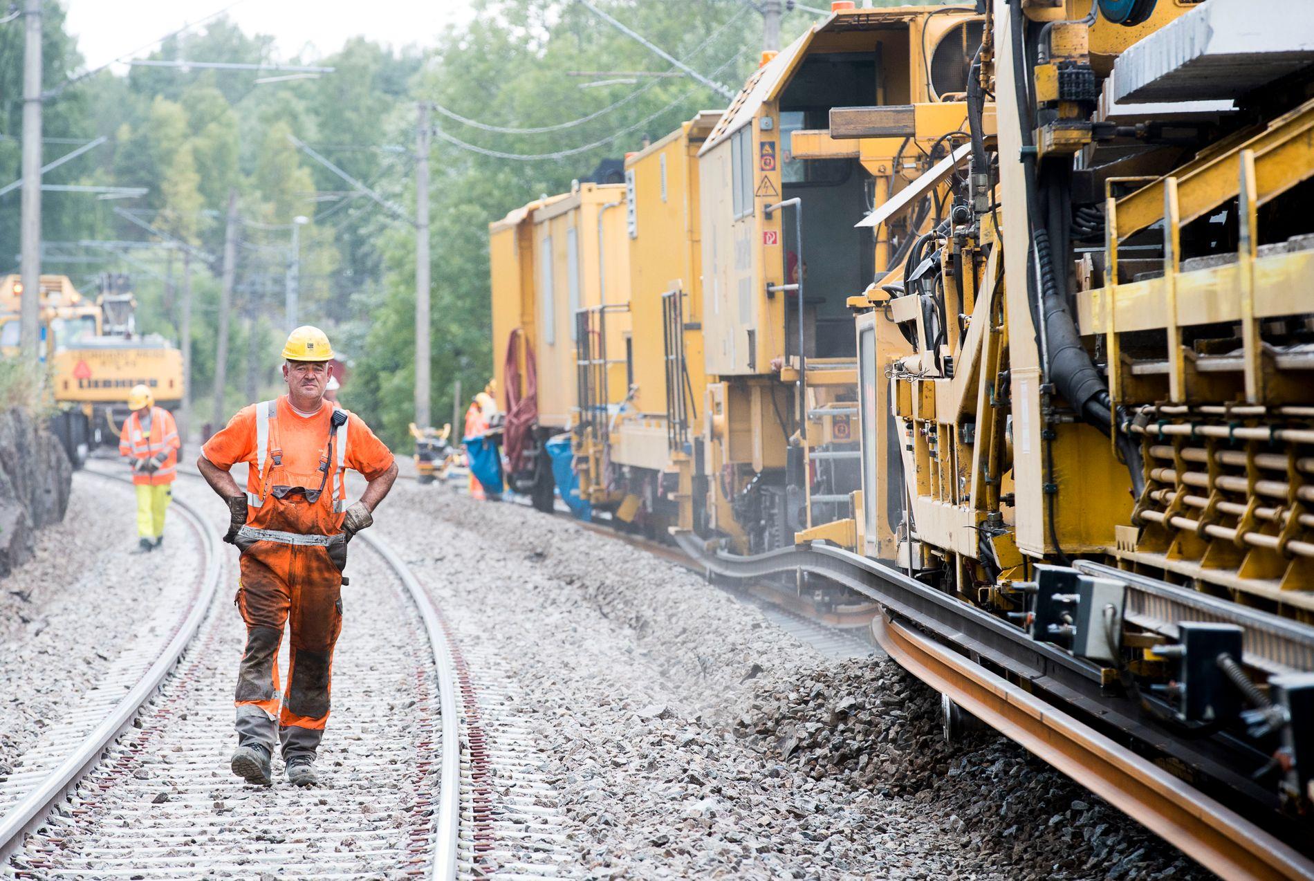 ØSTFOLD: Togstrekningen fra Oslo og ned gjennom Østfold har vært foreslått som den første strekningen for konkurranseutsetting av jernbanen. Bildet viser vedlikeholdsarbeidet som pågikk på strekningen i sommer.