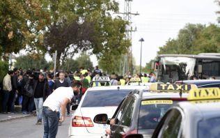 TAXI-KØ: Det enorme presset på den østerrikske grensebyen Nickelsdorf, gjør at flyktningene de siste dagene har blitt sendt av sted i drosjer mot Wien.