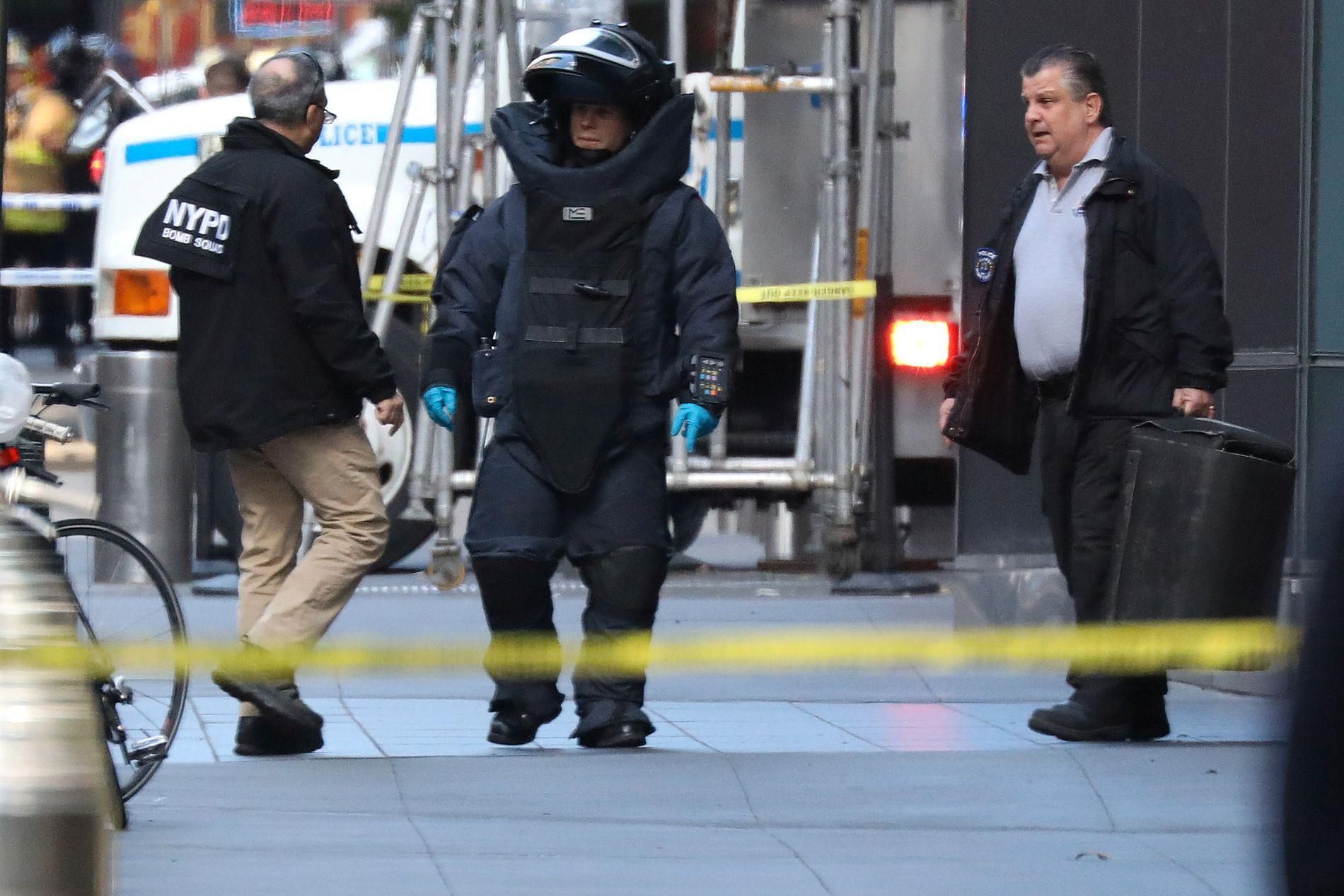 SIKRING: Politiets bombeeksperter på plass utenfor bygningen i New York hvor blant andre CNN har sitt studio.
