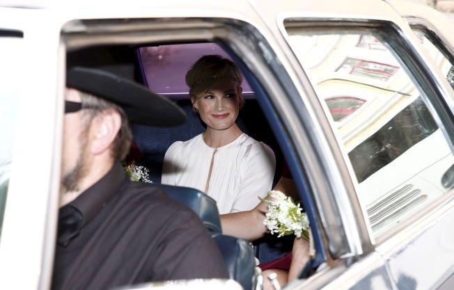KOM I BIL: Bruden Lena Kristin Ellingsen strålte da hun ankom kirken.