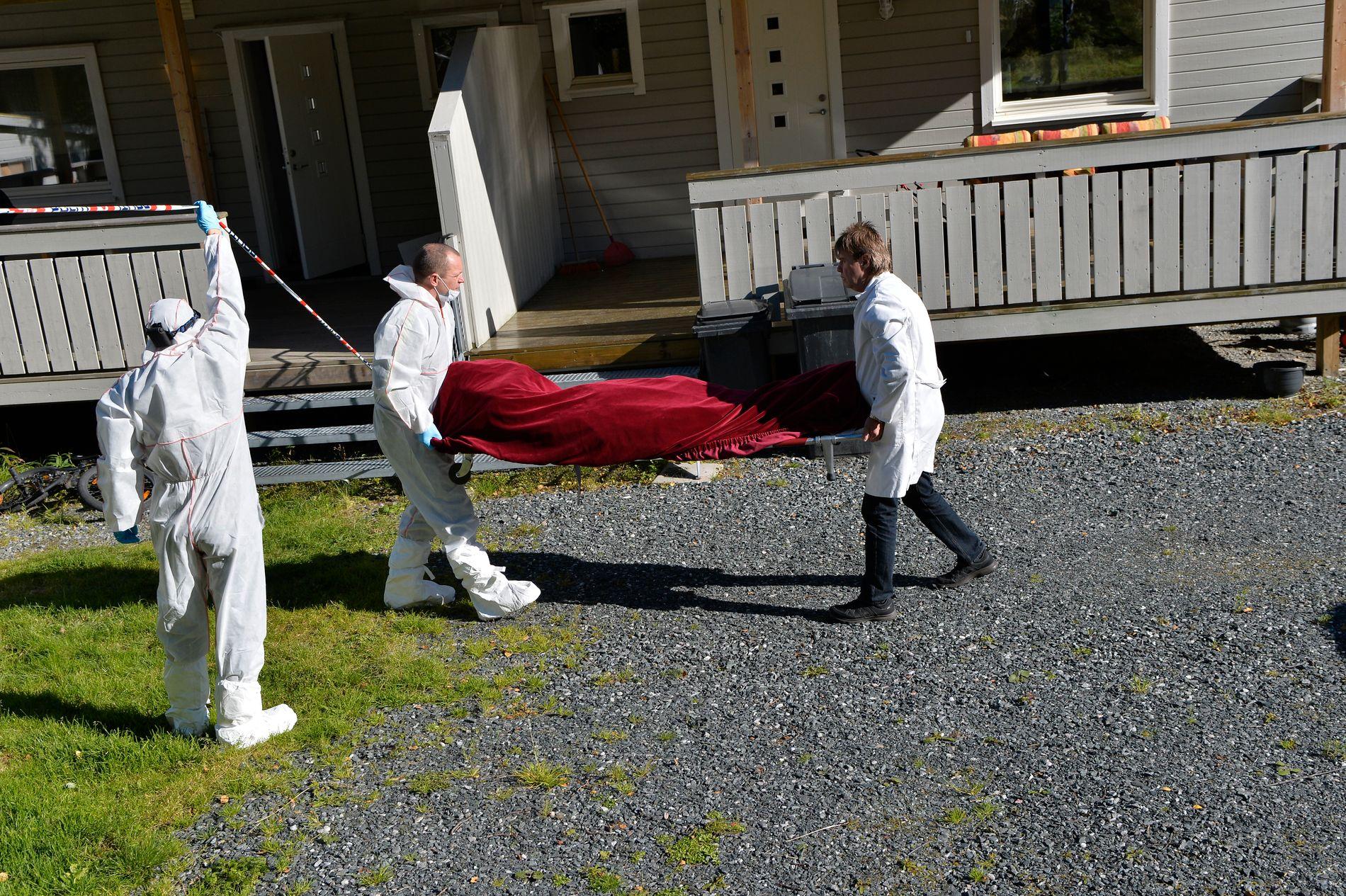 BÅRET UT: Tirsdag formiddag hentet Kripos sine krimteknikere den avdøde kvinnen ut av hjemmet hvor hun bodde med sin ektemann og sin sønn