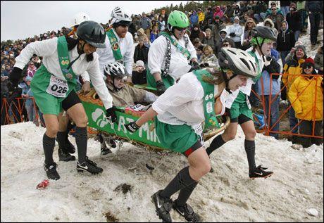 KONKURRANSE: Kisteløp er et av punktene i Frozen Dead Guys Days i den amerikanske byen Nederland. Her er laget The Fat Mints i aksjon. Foto: Reuters