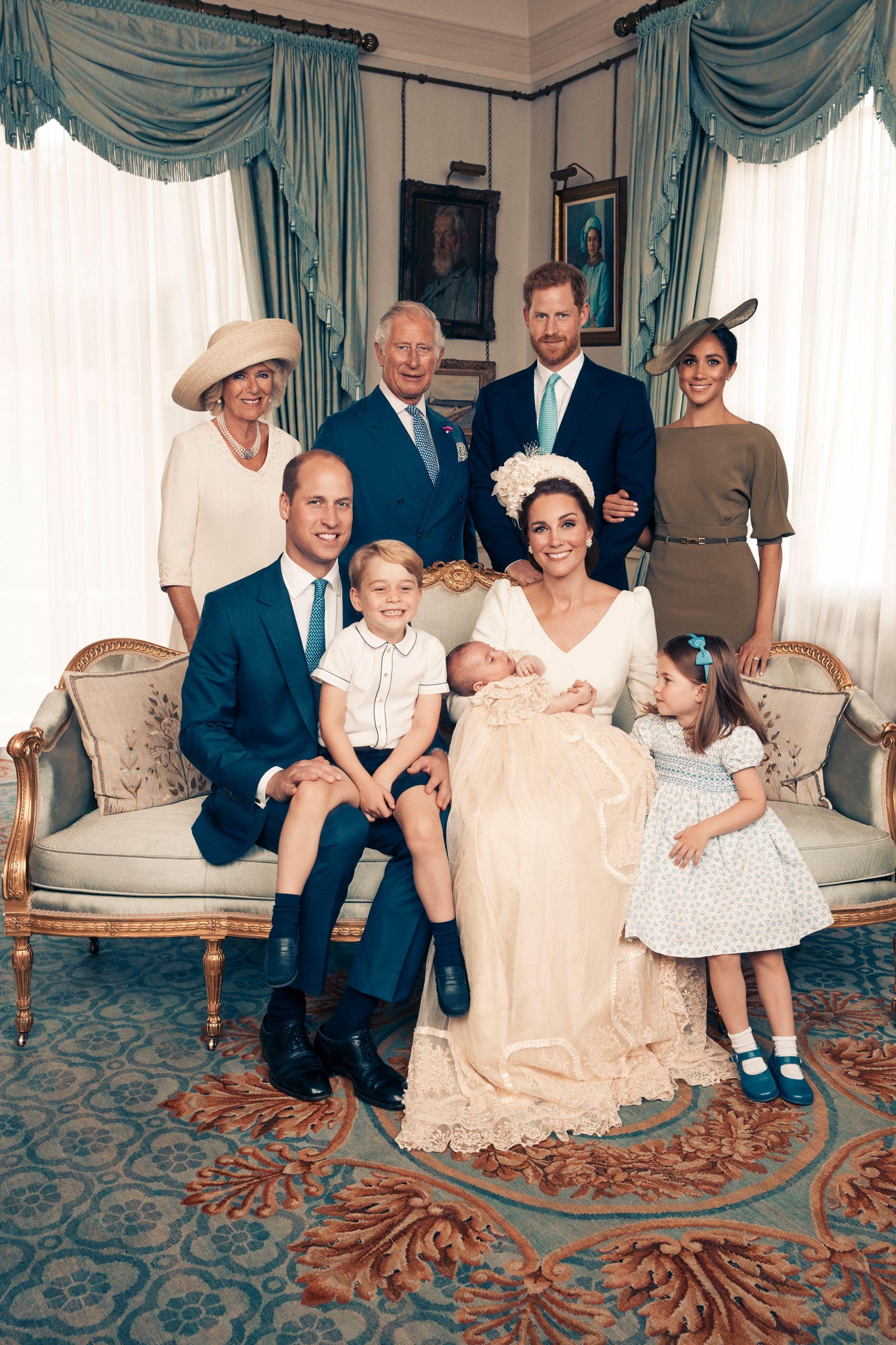 De nybakte foreldrene, også med prins George (4) og prinsesse Charlotte (3) på fanget. Hertuginne av Sussex, Meghan (t.h), har vært offisiell del av kongefamilien siden bryllupet 19. mai i år.