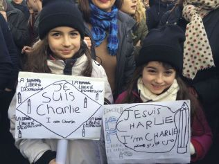 MARKERING: Saina (10) og Tiviana (8) hadde begge laget skilt til søndagens markering. Familien sier at de vanligvis ikke deltar i demonstrasjoner, men at de har gjort et unntak i dag.