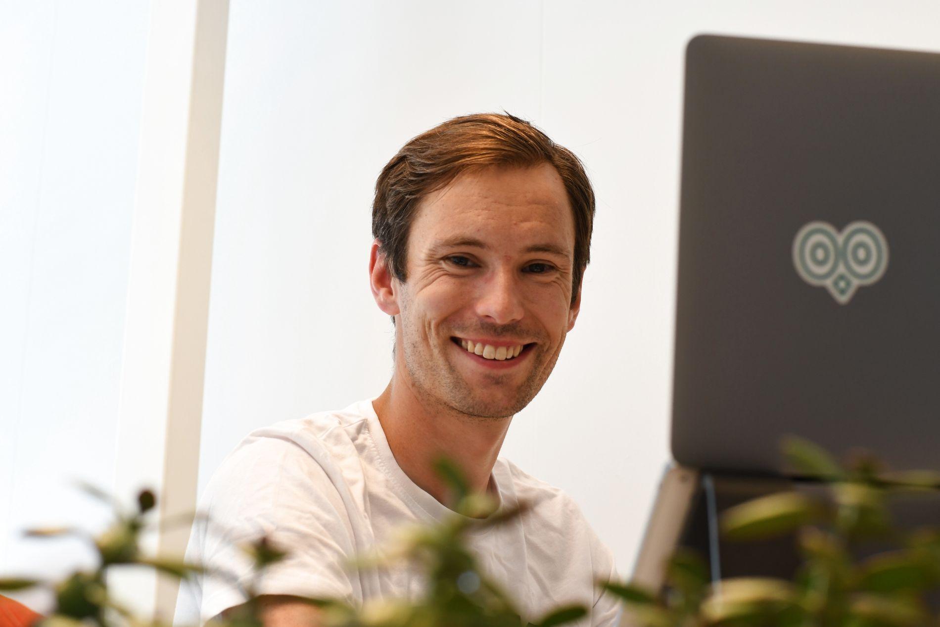 Emil Johan Oliver, co-founder og daglig leder i Hubro Education, forteller at selskapet i dag leverer programmer til 70 prosent av norske skoler og fins i 13 land.