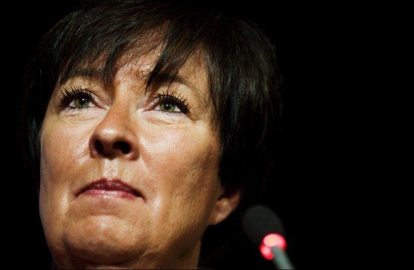 MINNESTUND: Det var en gråtkvalt Mona Sahlin som talte til ungdommene under en minnestund på åpningen av SSUs årlige kongress tirsdag. Selv har hun mange minner fra Utøya. Foto: AFP