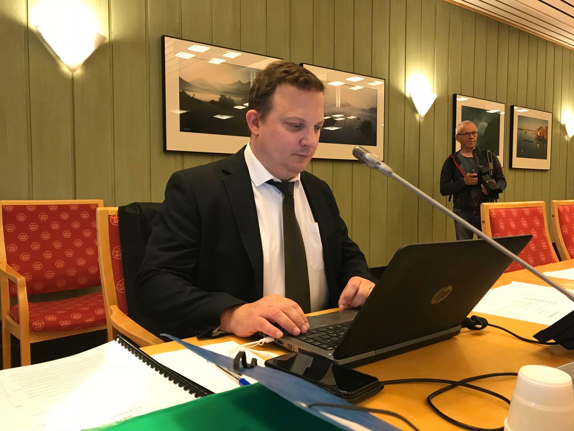 FORSVARER:  Øyvind Panzer Iversen i advokatfirmaet Øverbø Gjørtz er spillerens forsvarer. Her avbildet i retten da saken var oppe 14. august.