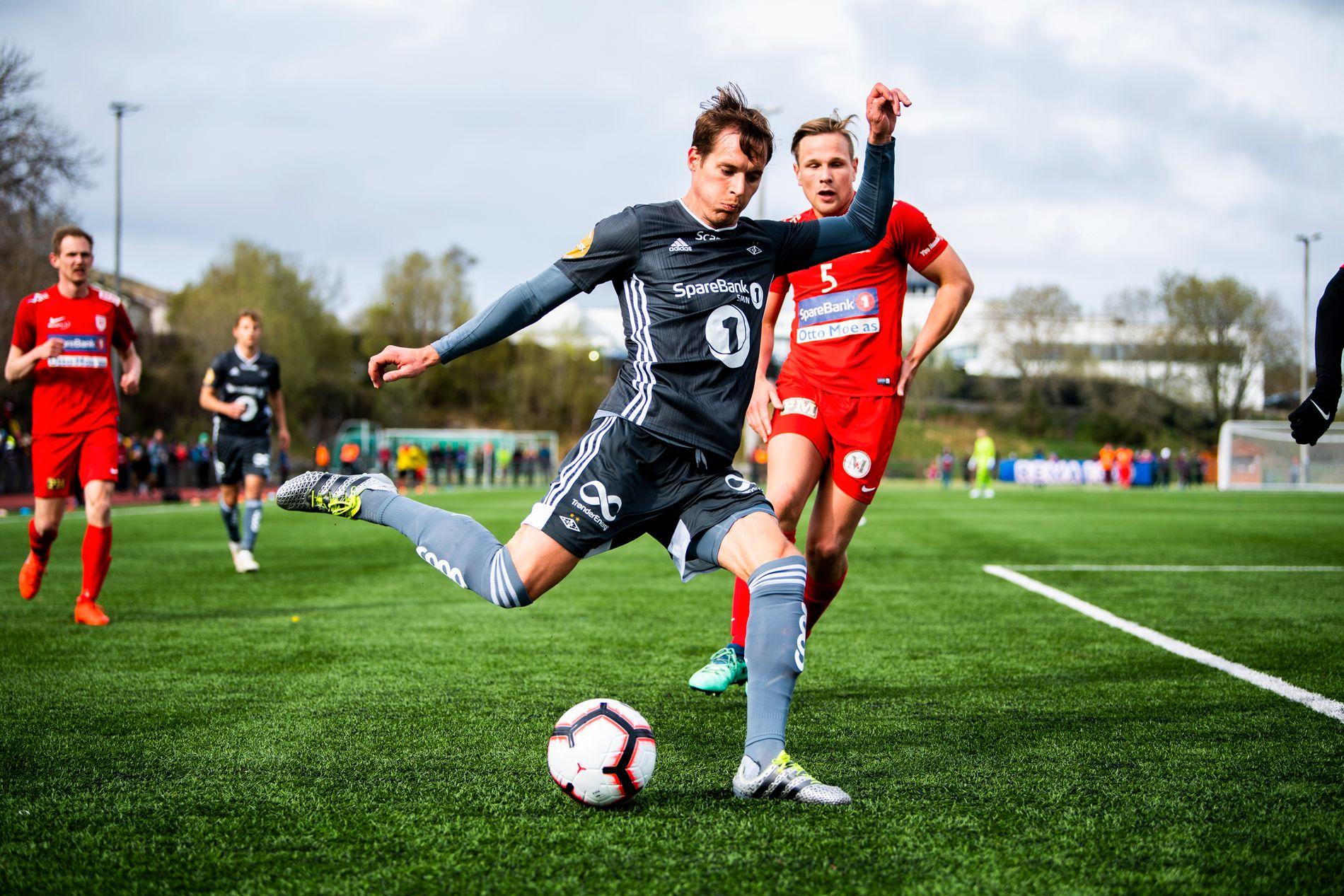 CUPKAMP: Rosenborg imponerte ingen mot Rørvik fra 4. divisjon i første runde, her er det Anders Konradsen (t.v.) foran Rørviks Håvard Junge Lænn 1. mai.