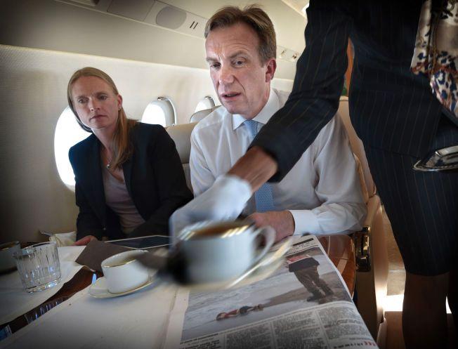 STERKT INNTRYKK: Utenriksminister Børge Brende leser saken om den omkomne flyktninggutten i dagens VG, ombord på flyet mot Romania, der han er på møte med utenriksministeren.