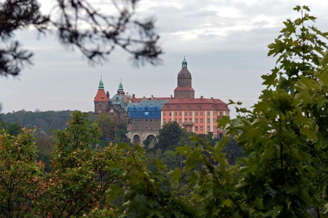 GJEMMESTED: Skattejegere mener å ha funnet det såkalte nazigull-toget under dette slottet i Walbrzych i Polen.