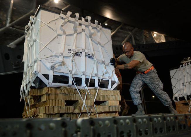 NØDHJELP: En amerikansk soldat forbereder nødhjelp-slipp over Irak.