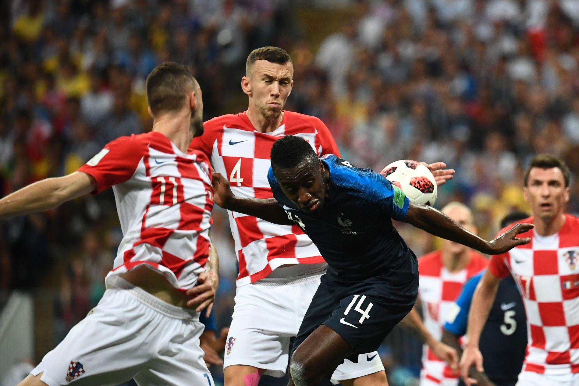HANDS: Her treffer ballen hånden til Kroatias Ivan Perisic under VM-finalen mot Frankrike. Etter å ha tatt i bruk VAR dømte dommeren straffe – en avgjørelse som ble svært omdiskutert.