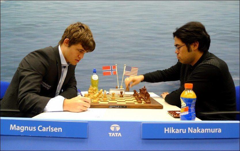 RIVALER: Magnus Carlsen (t.v) og Hikaru Nakamura har møtt hverandre en rekke ganger. Amerikaneren har aldri vunnet, ifølge Espen Agdestein. Her er de fra et sjakkparti i januar i fjor. Foto: Ole Kristian Strøm / VG
